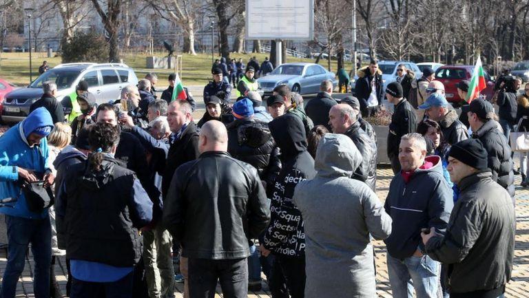 Не повече от 50 привърженици на Левски на протест пред Парламента