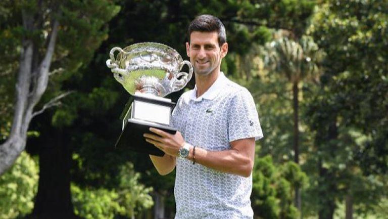 Джокович позира с трофея от Австралия и се извини за постъпката си на финала