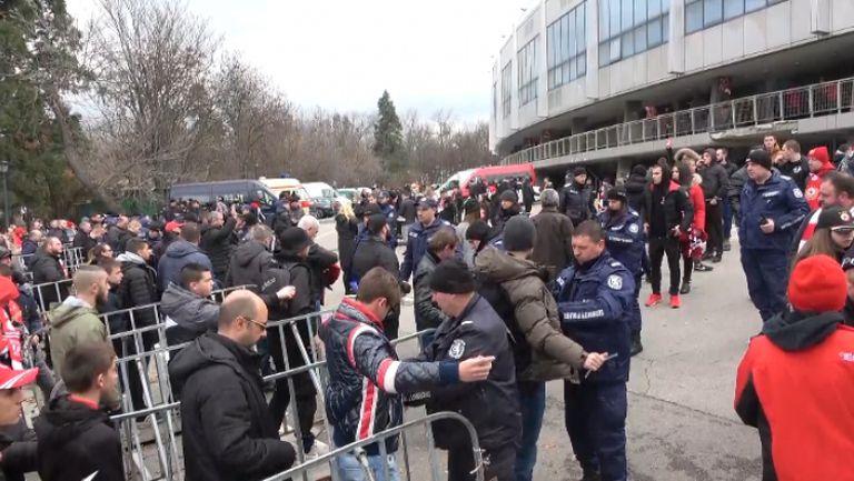 """Полицията проверява """"червените"""" фенове на входовете на """"Васил Левски"""""""