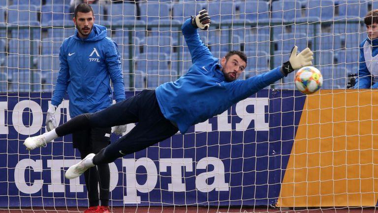 Левски и ЦСКА-София вече са на терена преди дербито