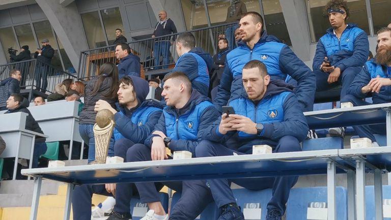 Баскетболистите на Левски с купата на стадиона