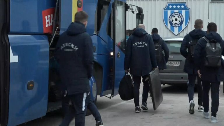 """Играчите на Черно море и Левски пристигнаха на стадион """"Тича"""""""