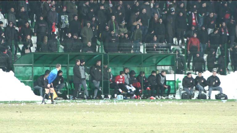 Феновете на ЦСКА-София хвърлят снежни топки по резервната скамейка на отбора