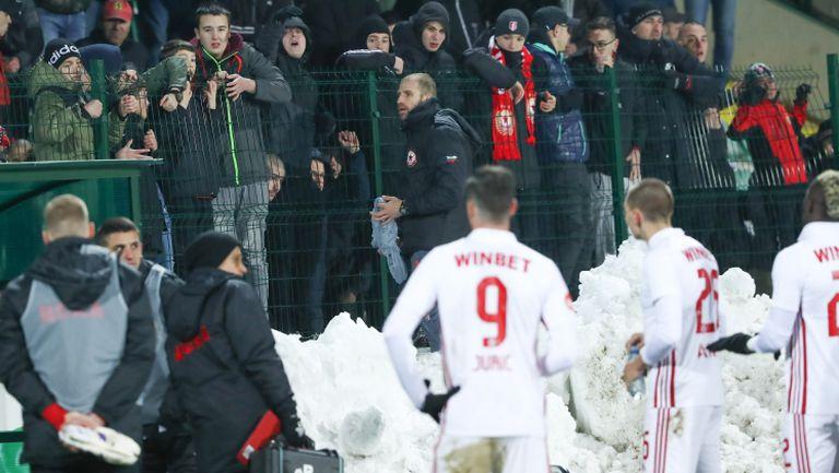 """""""Червените"""" фенове строиха отбора и поискаха обяснение за срамната загуба от Царско село"""