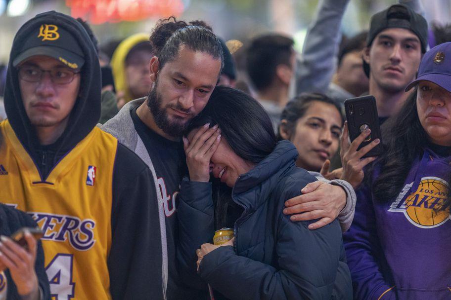 """Хиляди се стекоха пред """"Стейпълс Сентър"""" след смъртта на Коби Брайънт"""