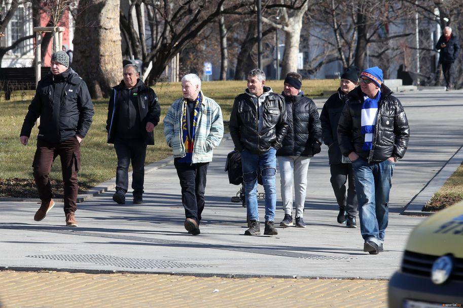 Фенове на Левски се събраха пред парламента