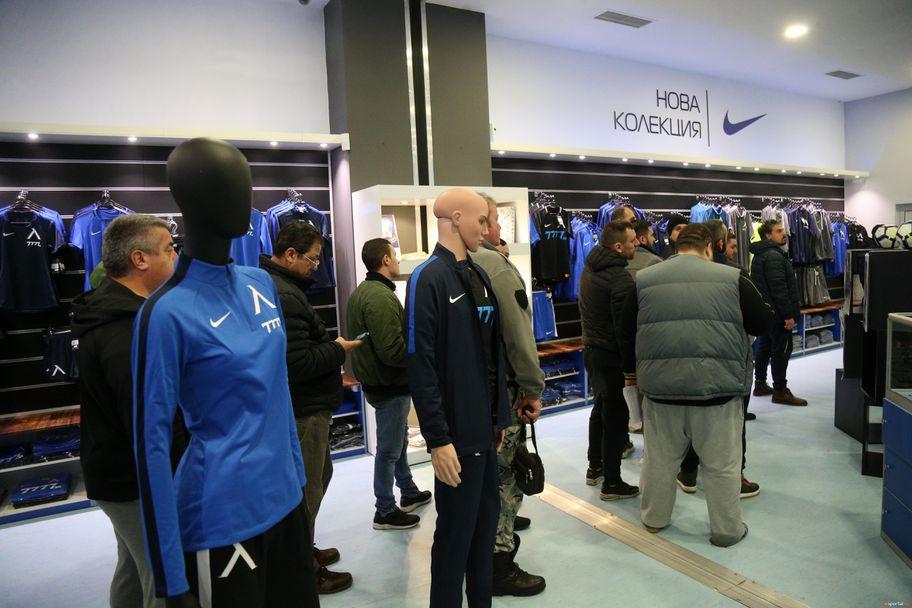 Феновете на Левски на опашка за абонаментни карти