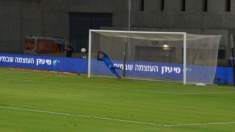 2:0 за Апоел Беер-Шева от дузпа, Караджов беше близо до това да спаси