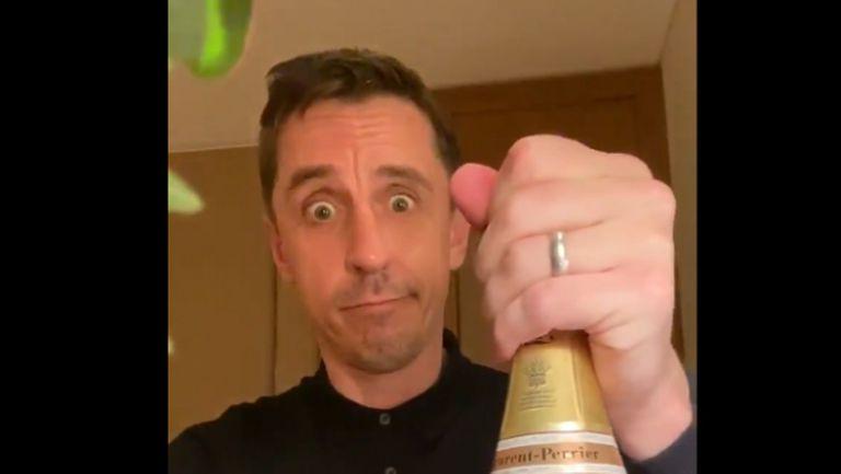 Гари Невил поля с шампанско загубата на Ливърпул