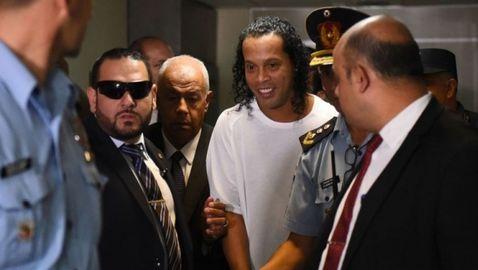 Роналдиньо и брат му отведени с белезници в съда