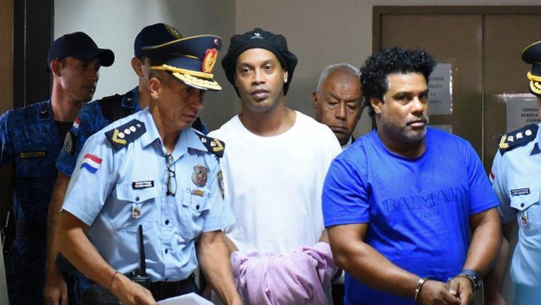Роналдиньо беше пратен в затвора (видео + снимки)
