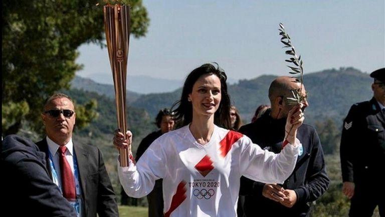 Мария Габриел пое факлата с Олимпийския огън, който беше запален в Гърция