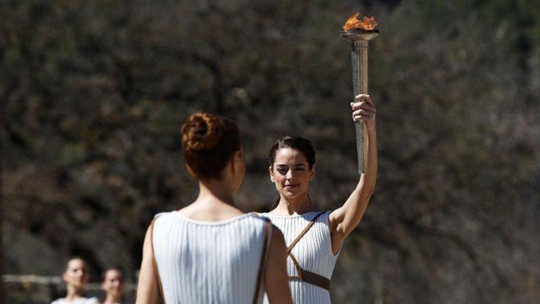 Гърция спря щафетата с олимпийския огън