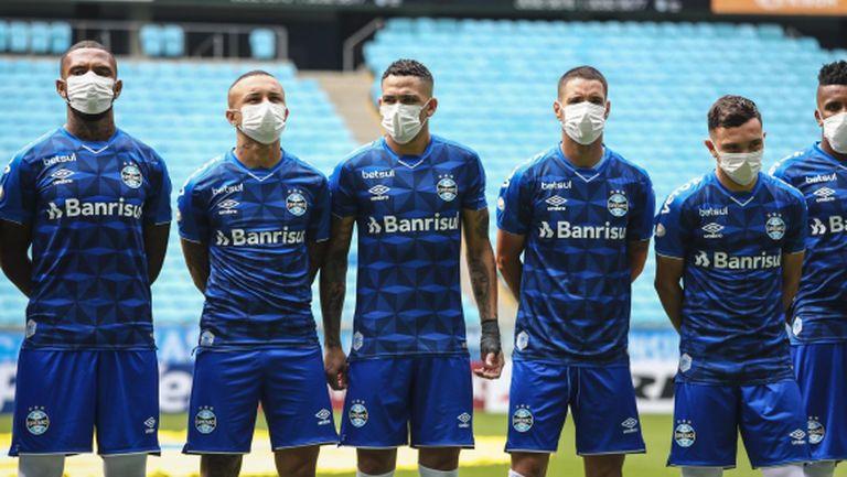 Футболистите на Гремио с маски в знак на протест, че трябва да играят