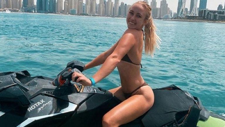 Тенисистка пръска сексапил на плажа в Дубай