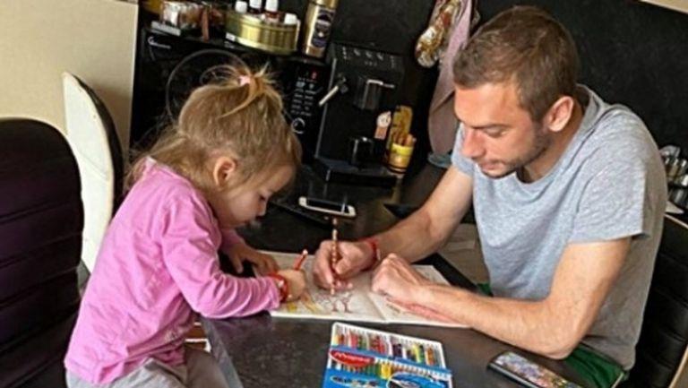 Капитанът на Ботев (Пловдив) запълва времето си с оцветяване с дъщеричката си