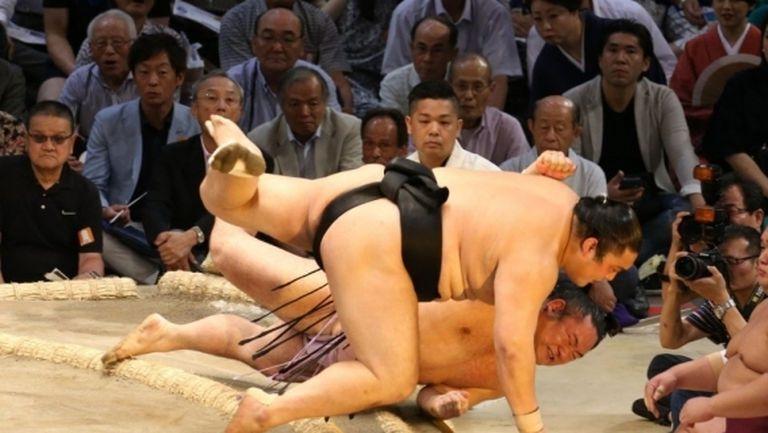 Аоияма остава на върха в Осака след нова победа