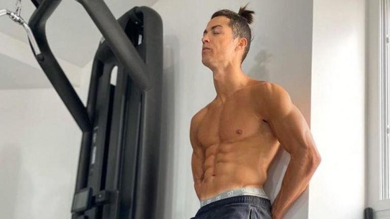 Кристиано Роналдо с ново предизвикателство - 142 коремни преси за 45 секунди (видео)