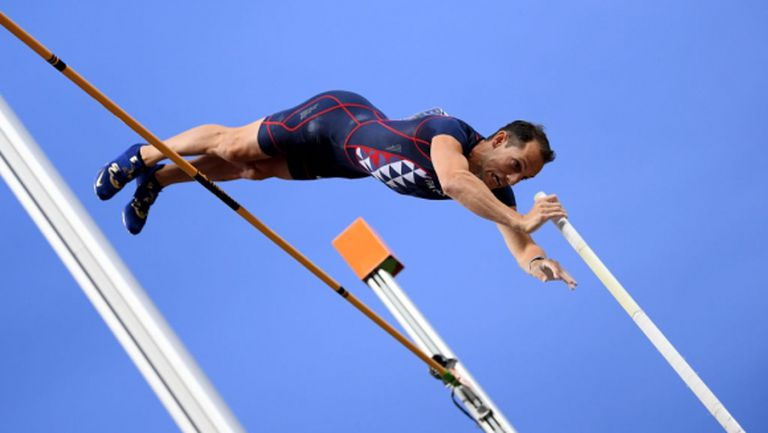Лавийени вече скача и 5.70 м в двора си