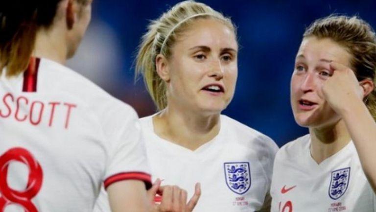 Женският национален отбор по футбол на Англия също направи колективно дарение