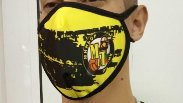 Пернишкият ВК Миньор дарява на болница средствата от продажба на маски (видео)