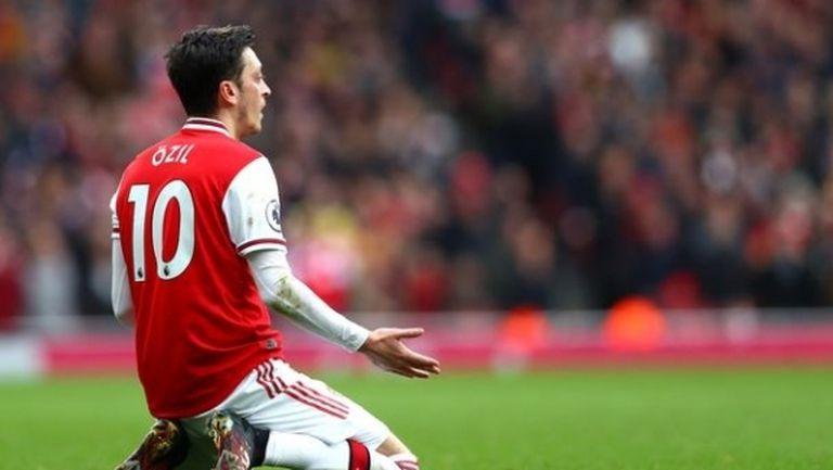 Арсенал ще постигне споразумение с още двама от бунтовниците, Йозил остава сам