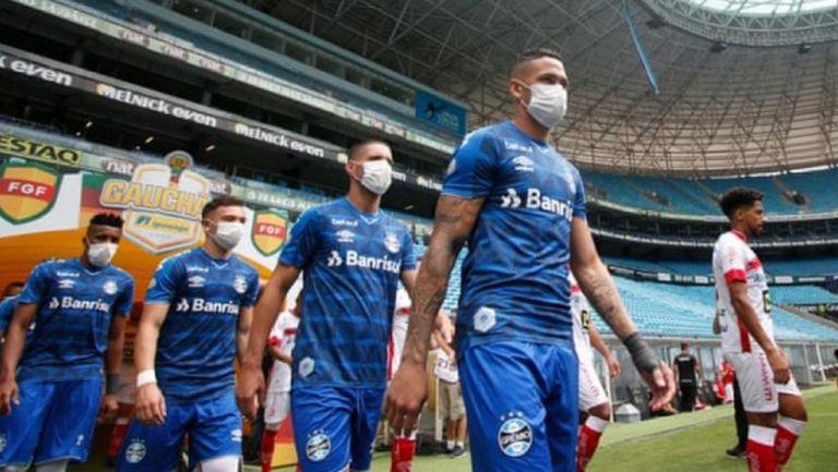Футболистите в Германия може да играят с маски