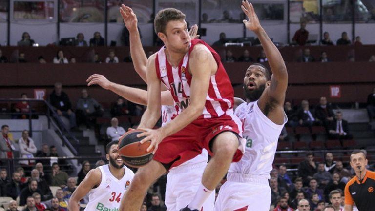 Олимпиакос цели да задържи Александър Везенков