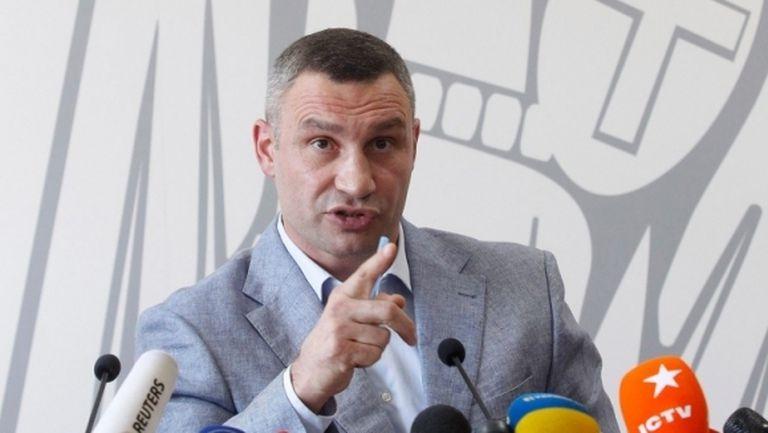 """Виталий Кличко се подстрига сам под звуците на песента """"Coronavirus"""" (видео)"""