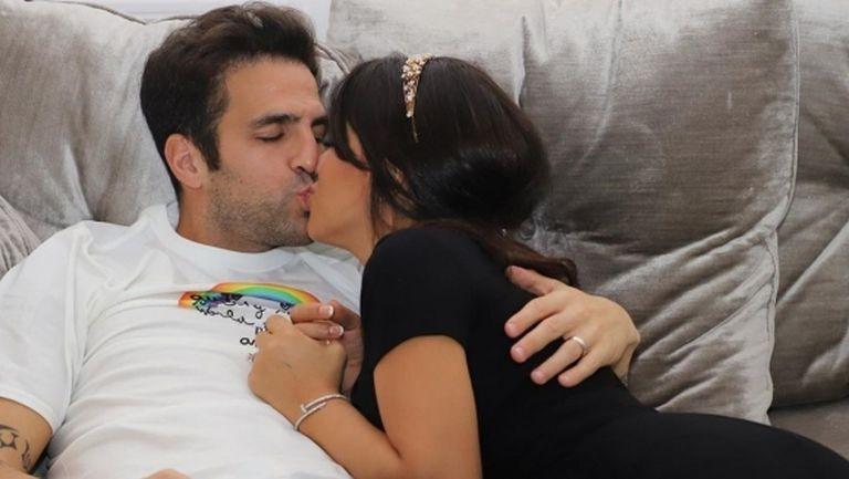 Снимка на Фабрегас и гореща брюнетка от леглото стана хит в интернет