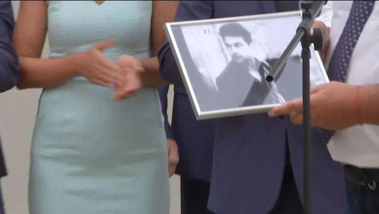 НСА дари Бойко Борисов със снимка на Гунди като студент