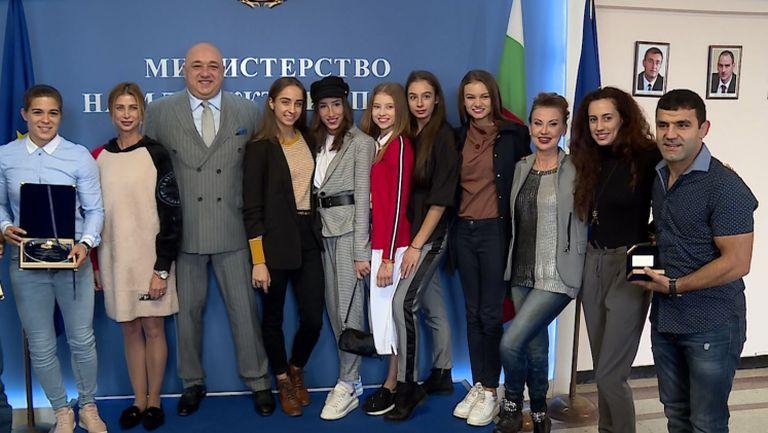 Министър Кралев награди ансамбъла по художествена гимнастика