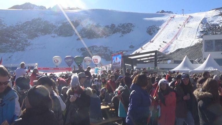 Луд купон на феновете за женския старт от СК по ски в Зьолден