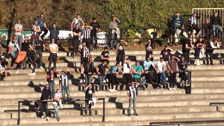 Феновете на Локомотив (Пловдив) на стадиона в Овча Купел
