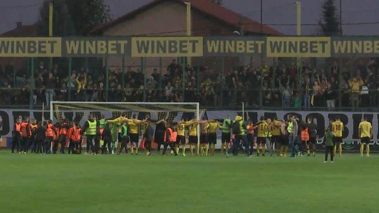 Футболистите и феновете на Ботев Пд ликуват заедно след победата над Левски