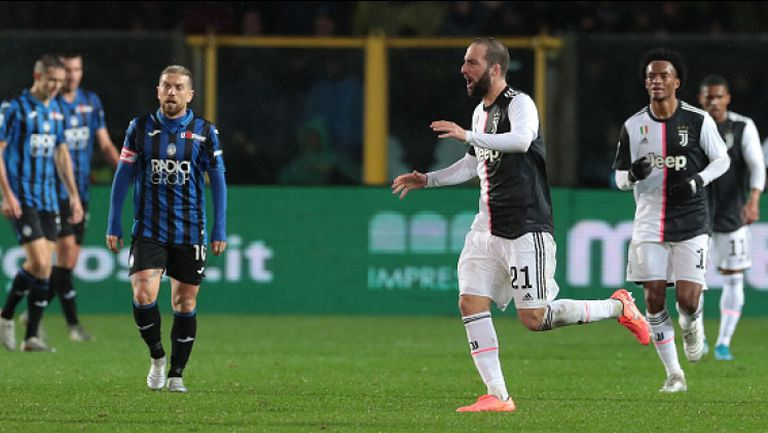 Ювентус взе противоречива победа под дъжда в Бергамо