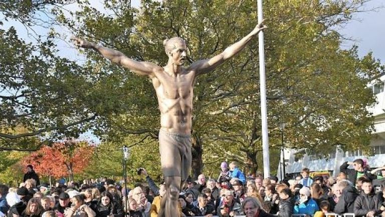 Фенове на Малмьо поругаха статуята на Златан Ибрахимович