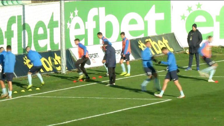 Футболистите на Витоша и Дунав загряват преди двубоя по между си
