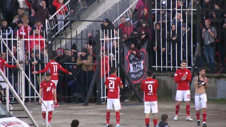 Футболистите на ЦСКА - София поздравиха феновете си след нулевото равенство