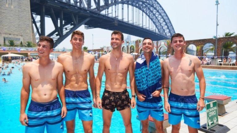 Екипна работа: Григор и момчетата се забавляват в басейна