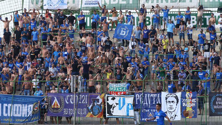 Сините ултраси изпълниха сектора за гости във Враца